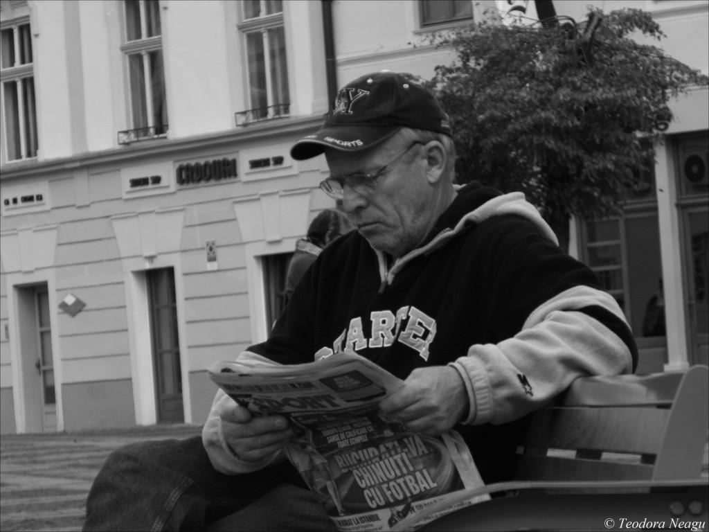 Barbat citind ziar in Sibiu