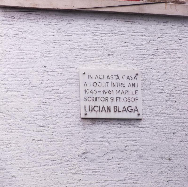 """""""Ne place să umblăm ca întrupările fumului, să încâlcim mătasea pământului cu ţintele drumului."""" (Lucian Blaga, Drumeție)"""